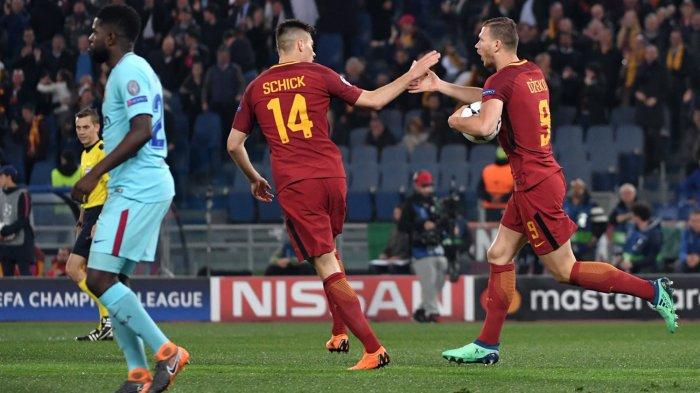 Pemain AS Roma, Edin Dzeko (kanan) merayakan golnya ke gawang Barcelona bersama rekannya, Patrik Schick dalam laga leg kedua babak perempat final Liga Champions di Stadion Olimpico, Roma, Italia, Rabu (11/4/2018) dini hari WIB.