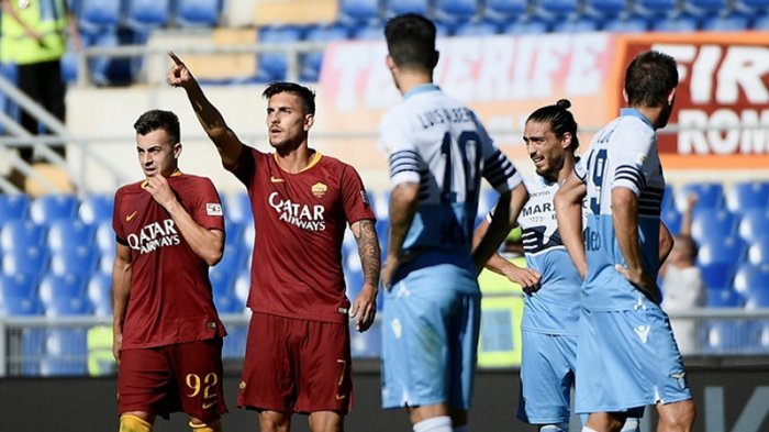 Gelandang AS Roma, Lorenzo Pellegrini (kedua dari kiri) merayakan golnya ke gawang Lazio dalam laga Liga Italia 2018-2019 di Stadion Olimpico, Roma, Italia, pada 29 September 2018.