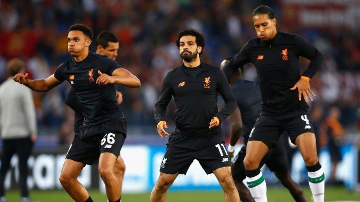 Pemain Liverpool, Trent Alexander-Arnold, Mohamed Salah, dan Virgil van Dijk (kiri ke kanan) melakukan pemanasan sesaat jelang dimulainya laga kontra AS Roma pada leg kedua semifinal Liga Champions di Stadion Olimpico, Roma, Italia, Kamis (3/5/2018) dini hari WIB.