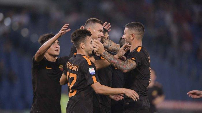 Penggawa AS Roma merayakan gol kemenangan kontra Hellas Verona dalam lanjutan Serie A Italia 2017/2018.