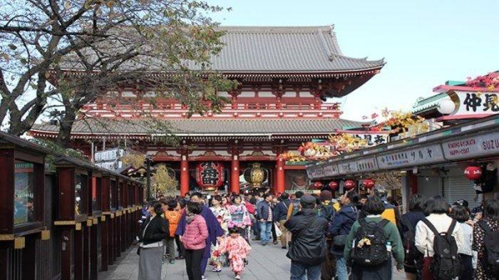 Daerah Pariwisata Asakusa Tokyo dengan deretan toko-tokonya.