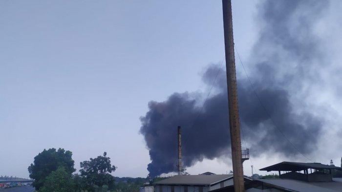 Pipa Pertamina Terbakar, Kepulan Asap Hitam Membumbung Tinggi di Tol Cimahi