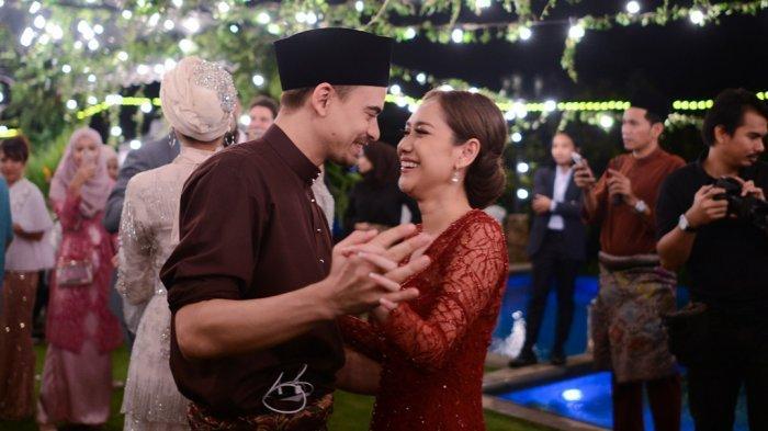 Ashraf Sinclair saat mengajak Bunga Citra Lestari berdansa.