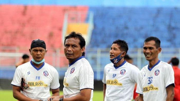 Asisten pelatih Arema FC, Kuncoro (dua dari kiri).