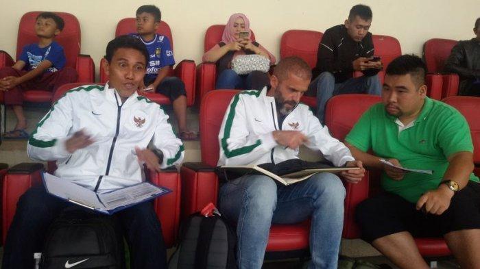 Asisten pelatih timnas, Bima Sakti, dan pelatih kiper timnas, Eduardo Perez, memantau para pemain muda di grup C Piala Presiden di Stadion di Jalak Harupat, Minggu (12/02/2017) malam.