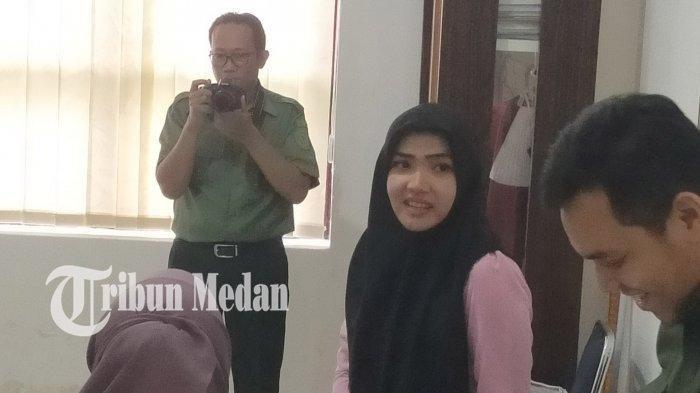 Asisten Pribadi Hakim Jamaluddin, Cut Rafika Lestari akhirnya menampakkan diri di ruangan Humas Pengadilan Negeri Medan, Selasa (3/12/2019). TRIBUN MEDAN/VICTORY HUTAURUK