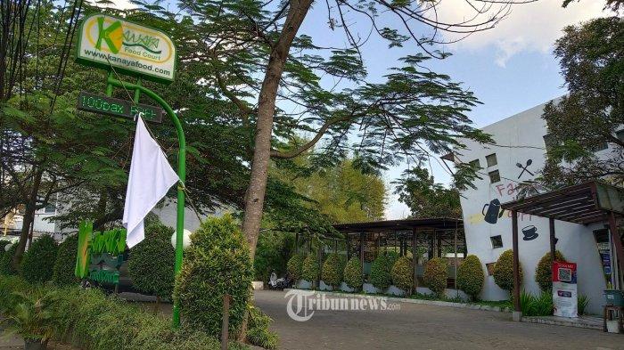 Salah satu food court memasang bendera putih di Jalan Cikutra, Kota Bandung, Kamis (29/7/2021). Pemasangan bendera putih tersebut sebagai bentuk protes terhadap kebijakan pemerintah yang dinilai tidak mempedulikan nasib para pelaku usaha kafe dan restoran yang babak belur di tengah penerapan Pemberlakuan Pembatasan Kegiatan Masyarakat (PPKM). Dampak yang dirasakan pengusaha kafe dan restoran akibat pemberlakuan PPKM itu, selain pemutusan hubungan kerja (PHK) terhadap kurang lebih hampir 60 persen dari total karyawan, juga tempat usahanya yang sudah tutup permanen sebanyak 40 persen lebih. Asosiasi Kafe dan Restoran (AKAR) selaku penggagas pengibaran bendera putih mengklaim dalam dua hari ke depan sebanyak 600 restoran dan 500 hotel bergabung akan serentak mengibarkan bendera putih di Kota Bandung dan daerah lain di Jawa Barat. (TRIBUN JABAR/GANI KURNIAWAN)