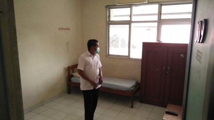 Petugas menunjukan kamar yang disediakan untuk menampung ODP dan PDP di Asrama Haji