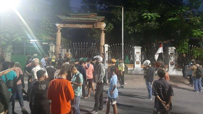 Suasana di sekitar asrama mahasiswa Papua di Jl Kalasan Surabaya, Jumat (16/8/2019). Sebanyak 43 mahasiswa Papua yang sempat diperiksa di Polrestabes Surabaya terkait dugaan perobekan Bendera Merah Putih kini telah dipulangkan ke Asrama di Jl Kalasan