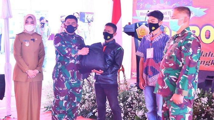 TNI Serahkan 500 Paket Sembako Kepada Masyarakat Desa Sedong Lor Cirebon