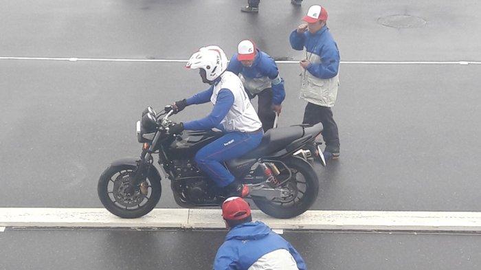 Instruktur safety riding terbaik binaan Astra Honda Motor (AHM) Dimas Satria yang turun di kelas 400 cc mengikuti The 18th Safety Japan Instructors Competition 2017 di Sirkuit Suzuka, Jepang.