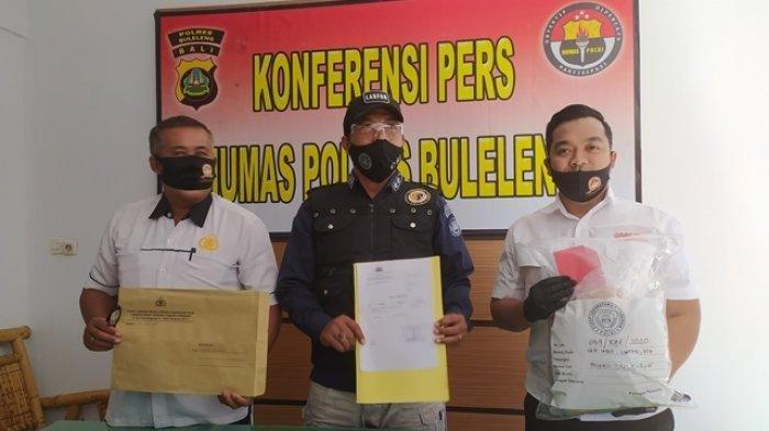 Kasubbid Kimia dan Biologi Labfor Polda Bali, AKBP Ngurah Wijaya Putra (tengah) bersama Kasat Reskrim Polres Buleleng, AKP Vicky Tri Haryanto (kanan) menunjukan barang bukti kasus penemuan orok di Desa Pemuteran, Kamis (30/7/2020)