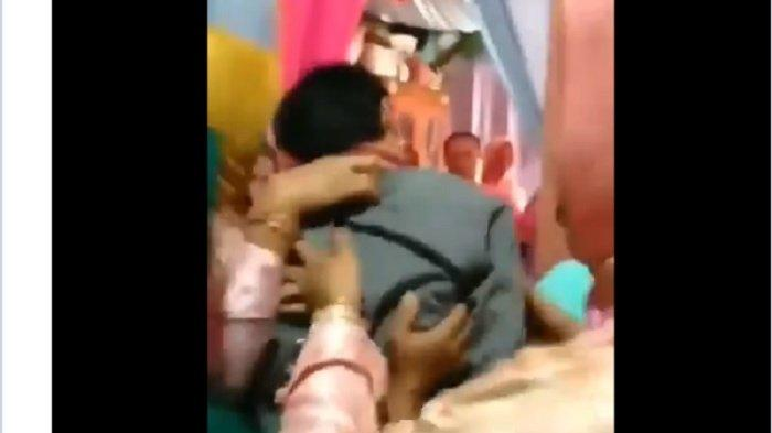 Aswar ditenagkan dan dibawa keluar dari kamar rias