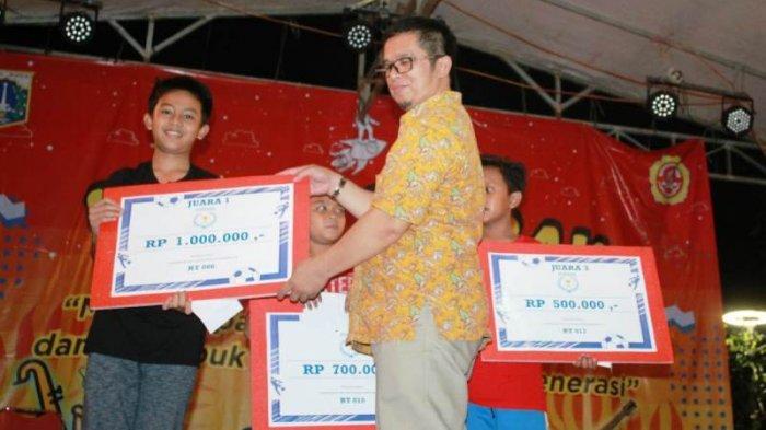 Asyim Ketua RW 03 Kel. Pondok Ranggon, Cipayung, Jakarta Timur menyerahkan kepada Juara Futsal Anak-anak