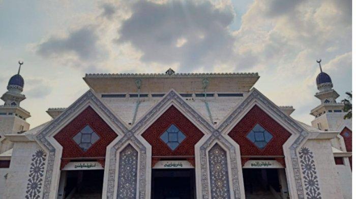 Beribadah Sambil Menikmati Keindahan Arsitektur Ala Turki di Masjid At-Tin Taman Mini