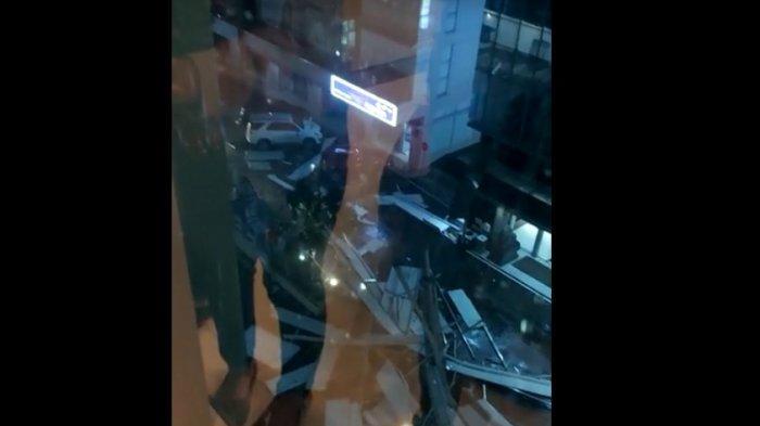 Hujan Angin, Atap Emporium Pluit Mall Ambruk dan Menimpa Sejumlah Kendaraan