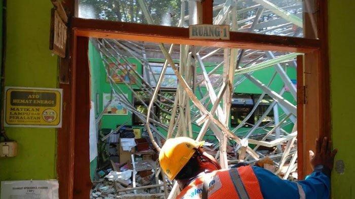 Atap empat kelas di UPT SDN Gentong, di Jalan KH Sepuh No 49, Kelurahan Gentong, Kecamatan Gadingrejo, Kota Pasuruan, yang ambruk, Selasa (5/11/2019) (surya.co.id/galih lintartika)