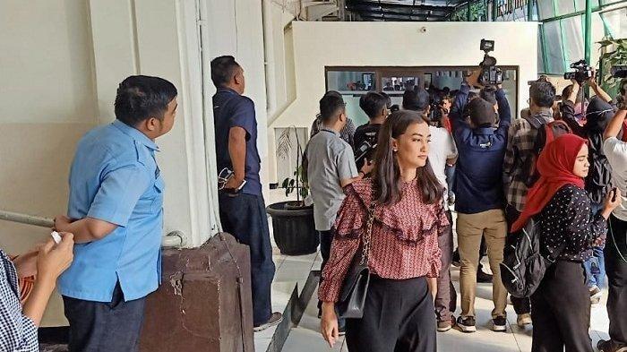 Atiqah Hasiholan tampak tegang menemani sang ibu Ratna Sarumpaet di PN Jakarta Selatan, Kamis (11/7/2019)