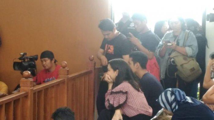Terlihat Tak Tenang, Lihat Bahasa Tubuh Atiqah Hasiholan Sidang Putusan Ratna Sarumpaet
