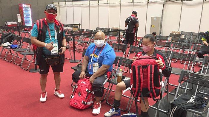 Atlet Angkat Besi Indonesia di Olimpiade Tokyo Bersih-bersih Lokasi Sebelum Latihan