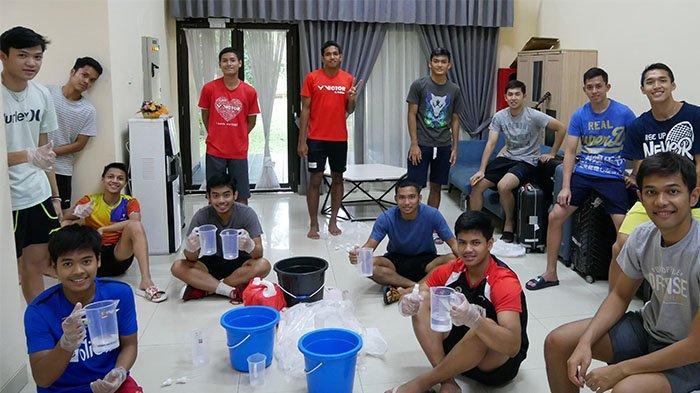 Atlet Bulutangkis Pelatnas Cipayung Gotong Royong Sumbangkan Hand Sanitizer dan Disinfektan