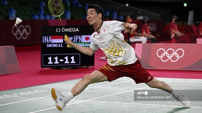 Atlet Jepang Kanta Tsuneyama melepaskan tembakan ke gawang Anthony Sinisuka Ginting dari Indonesia dalam pertandingan babak 16 besar bulu tangkis tunggal putra pada Olimpiade Tokyo 2020 di Musashino Forest Sports Plaza di Tokyo pada 29 Juli 2021.