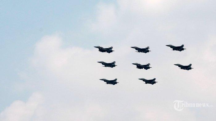 Pesawat tempur F-16 TNI AU terbang melintas di atas Istana Merdeka saat Upacara Peringatan Detik-detik Proklamasi Kemerdekaan RI di Jakarta, Selasa (17/8/2021). Aksi delapan pesawat tempur TNI AU itu untuk memperingati HUT ke-76 Kemerdekaan RI. Tribunnews/Irwan Rismawan