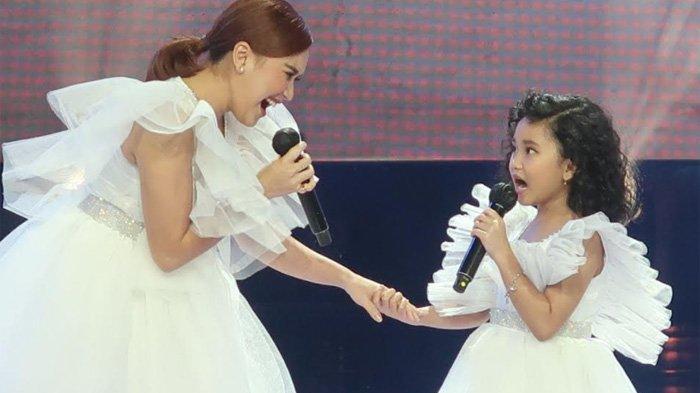 Penampilan Ayu Ting Ting bersama putrinya, Bilqis Khumairah Razak di ajang Rising Star Indonesia Dangdut beberapa waktu lalu.