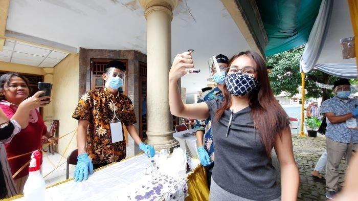 Ayu Ting Ting Bawa Pulpen dan Sarung Tangan Plastik ke TPS, Tak Lupa Pakai Masker