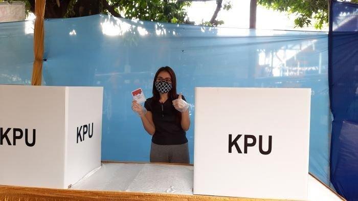 Ayu Ting Ting ikut memberikan hak suara di Pilkada Serentak 2020 Kota Depok, Jawa Barat, di TPS dekat rumahnya, kawasan Sukmajaya, Depok, Rabu (9/12/2020).
