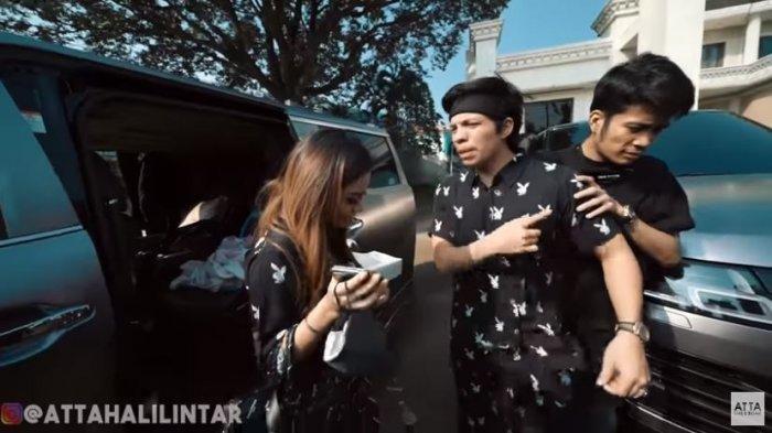 Atta Halilintar protes pakai baju yang dipilihkan oleh kekasihnya sendiri Aurel Hermansyah, ditayangkan di YouTube Atta Halilintar, Selasa (21/7/2020). (YouTube/Atta Halilintar)