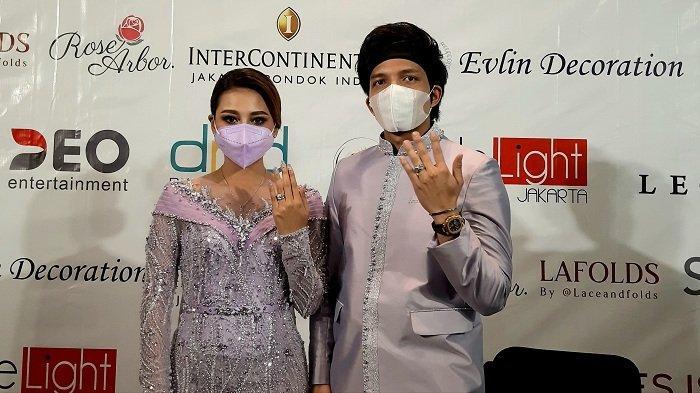 Atta Halilintar resmi meminang Aurel Hermansyah usai menggelar acara lamaran di Hotel Intercontinental Pondok Indah, Jakarta Selatan, Sabtu (13/3/2021).