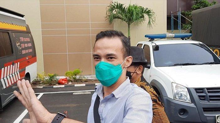 Attila Syach usai jalani pemeriksaan terkait statusnya sebagai tersangka atas dugaan tindak Kekerasan Dalam Rumah Tangga di Polres Metro Jakarta Selatan, Senin (28/6/2021).