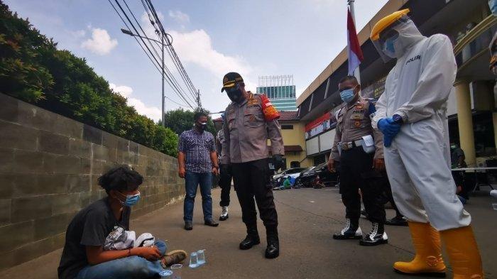 Kapolres Metro Jakarta Barat Kombes Audie saat memberi imbauan kepada remaja yang diamankan karena hendak demo ke DPR, Kamis (8/10/2020)