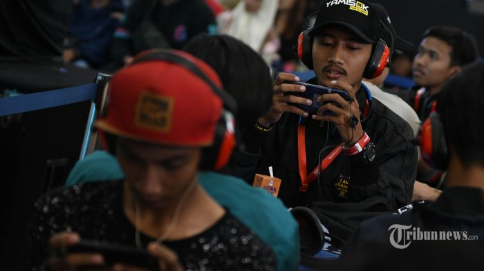 AUDISI ESPORT - Ratusan atlet esports saat mengikuti kompetisi offline First Warriors di atrium Galaxy Mall 3, Minggu (22/9). Adusisi pencarian bakat atlet esports pertama di Indonesia itu digagas PT Link Net Tbk (Link) dengan brand First Media digelar di enam kota besar yaitu, jakarta, medan, Batam, Surabaya, Semarang dan Bandung dengan total hadiah Rp. 1,3 Milliar. SURYA/AHMAD ZAIMUL HAQ