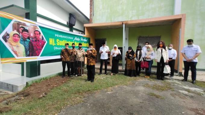 Kenang Spirit Ibunda Jokowi, Aula Hj Sudjiatmi Notomihardjo Dibangun di Pesantren Al-Mizan