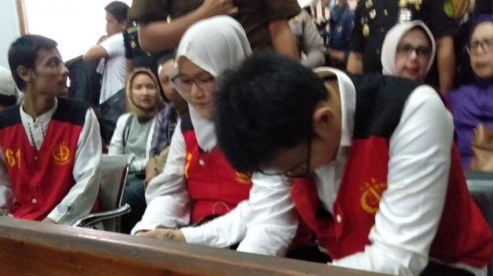 Aulia Kesuma (kiri) dan Geovanni Kelvin (kanan) di ruang sidang Pengadilan Negeri Jakarta Selatan, Senin (17/2/2020).