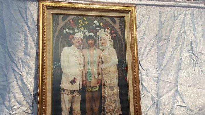 Foto keluarga Aulia Kesuma (AK) dan suaminya Edi Chandra Purnama alias Pupung Sadili (54) dan anak tirinya, M Adi Pradana alias Dana (23). Foto diambil di Polda Metro Jaya, Jakarta Selatan, Senin (2/9/2019).(KOMPAS.com/RINDI NURIS VELAROSDELA)