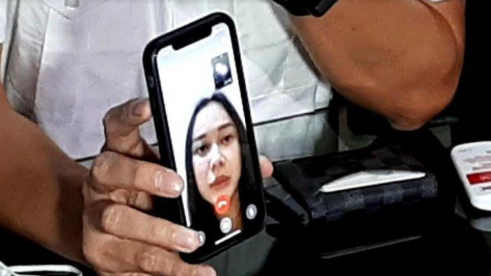 Aura Kasih ketika dihubungi melalui video call di kantor kuasa hukumnya, Afrian Bondjol, kawasan Kebayoran Baru, Jakarta Selatan, Jumat (18/12/2020).