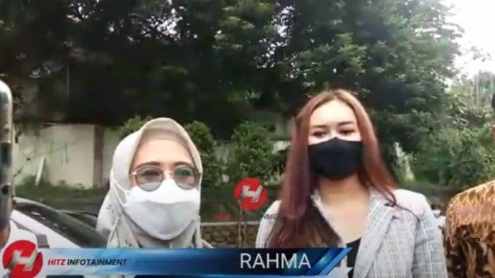 Aura Kasih ditemani dengan kuasa hukumnya saat dijumpai awak media