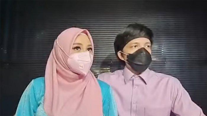Aurel Hermansyah dan Atta Halilintar ditemui di kediaman mereka di kawasan Pondok Indah Jakarta Selatan, Sabtu (28/8/2021).