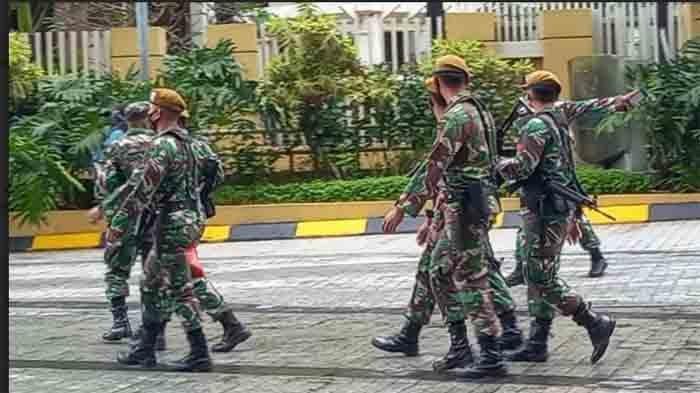 Aparat berjaga jaga dipintu samping hotel tempat Atta Halilintar dan Aurel Hermansyah menikah.