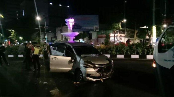 Melaju Kencang, Mobil Oleng hingga Tabrak Air Mancur di Surabaya, Diduga Sopir Mengantuk
