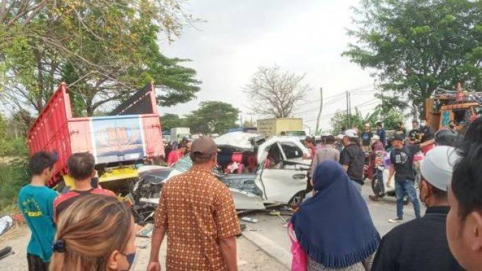 Avanza Tabrak Truk di Indramayu, Wanita Hamil 7 Bulan Jadi Korban Tewas, Suami Histeris