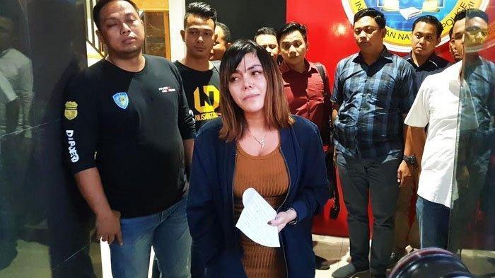 Avriellia Shaqqila keluar dari ruangan penyidik Subdit V Siber Ditreskrimsus Polda Jatim sambil berlinang air mata menyatakan permintaan maaf kepada masyarakat.