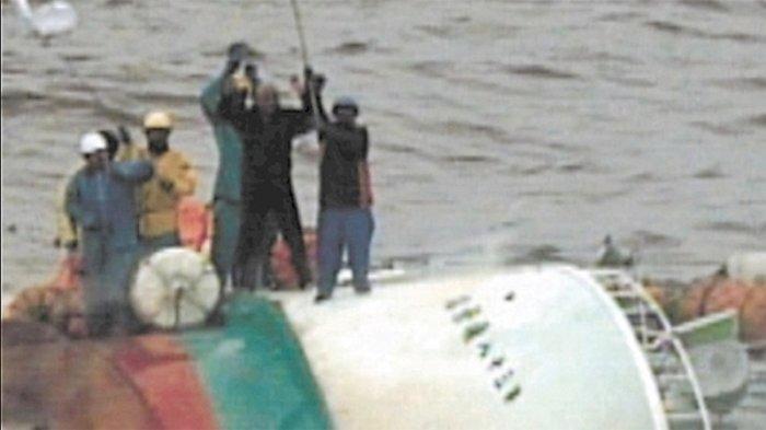 Seorang awak kapal Indonesia mengibarkan bendera putih minta tolong kepada kapal patroli penyelamat pantai Jepang tanggal 28 Agustus 2019 di lepas pantai Kushiro Hokkaido.