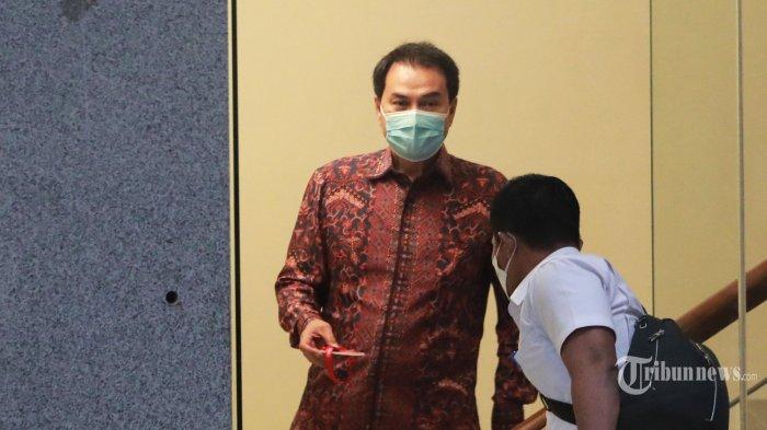 Wakil Ketua DPR Azis Syamsuddin meninggalkan gedung KPK usai menjalani pemeriksaan di Jakarta, Rabu (9/6/2021). Azis Syamsuddin diperiksa KPK selama 8 jam sebagai saksi terkait kasus dugaan suap penghentian kasus yang menyeret penyidik KPK Stepanus Robin Pattuju dan Wali Kota Tanjung Balai M. Syahrial. TRIBUNNEWS/IRWAN RISMAWAN