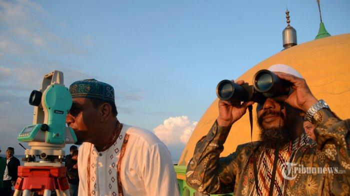 Tim PCNU Kota Surabaya melakukan rukyatul hilal untuk menentukan awal puasa Ramadhan 2019 di Masjid Al Mabrur Jalan Nambangan, Bulak, Tanah Kali Kedinding, Kenjeran, Minggu (5/5/2019). Berdasarkan hasil pantauan PBNU, Muhammadiyah, dan pemerintah lewat Kemetrian Agama satu suara dalam menetapkan 1 Ramadhan pada 6 Mei 2019. SURYA/AHMAD ZAIMUL HAQ