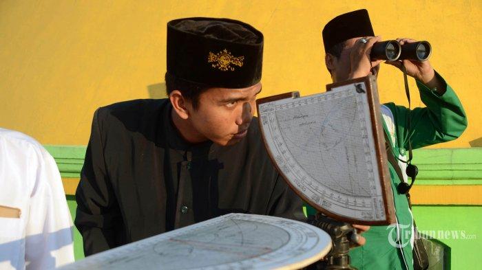 ARSIP - Tim PCNU Kota Surabaya melakukan rukyatul hilal untuk menentukan awal puasa Ramadhan 2019 di Masjid Al Mabrur Jalan Nambangan, Bulak, Tanah Kali Kedinding, Kenjeran, Minggu (5/5/2019). Berdasarkan hasil pantauan PBNU, Muhammadiyah, dan pemerintah lewat Kemetrian Agama satu suara dalam menetapkan 1 Ramadhan pada 6 Mei 2019. SURYA/AHMAD ZAIMUL HAQ