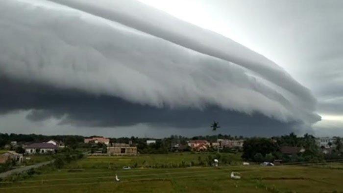 Viral Video Penampakan Awan Raksasa Mirip Gelombang Laut di Langit Aceh, Begini Kata BMKG